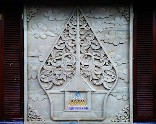 Ukiran relief motif kayon (Gunungan) yang dibuat dari batu alam paras jogja (batu putih)