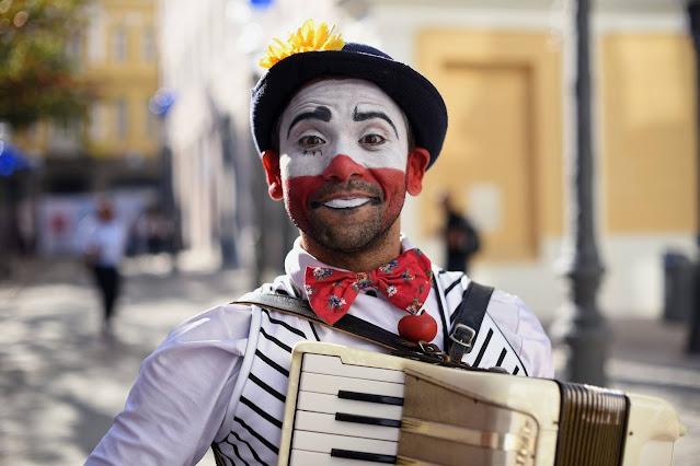 Palhaço músico de Humor e Circo para animação e parabens em festa virtual.