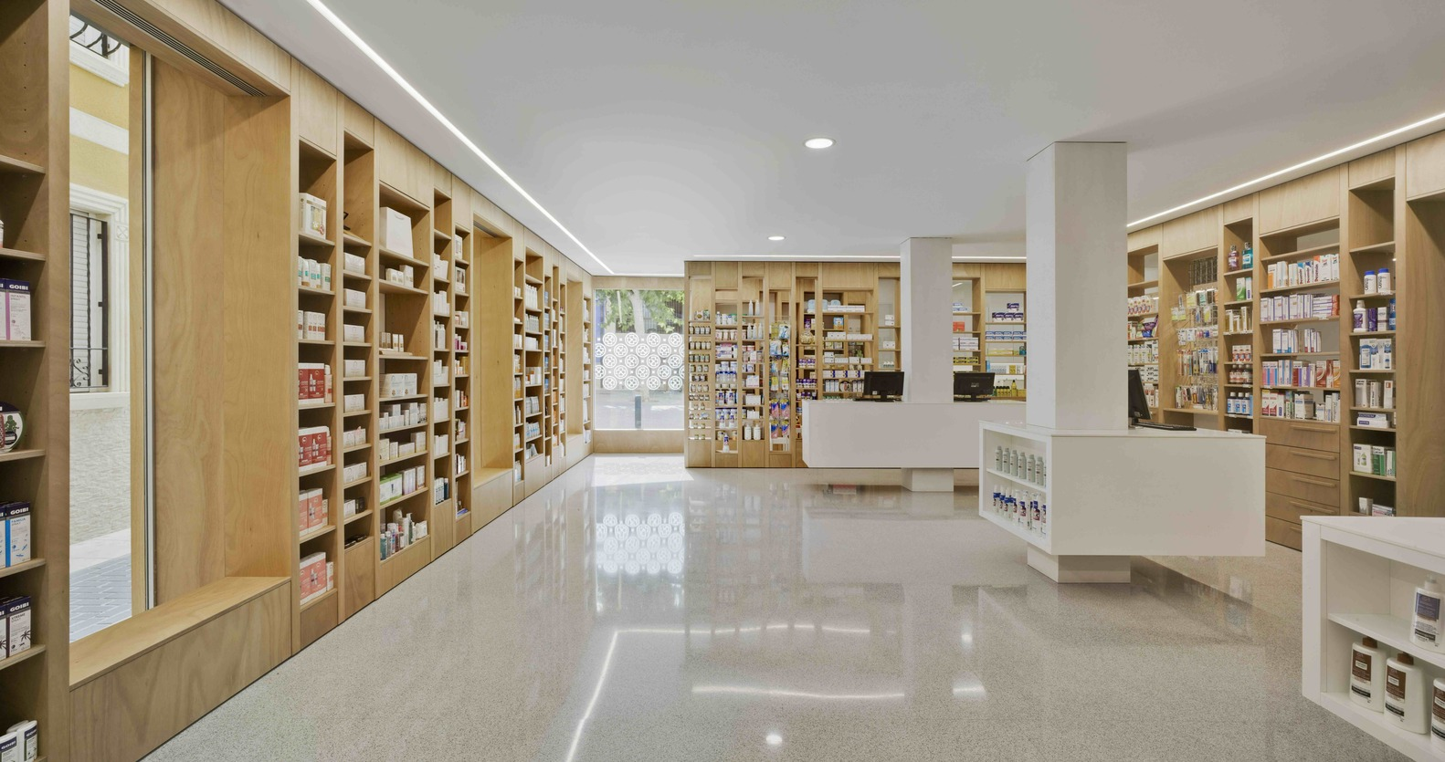 Marzua farmacia del reloj por eneseis arquitectura yes for Decoracion de farmacias