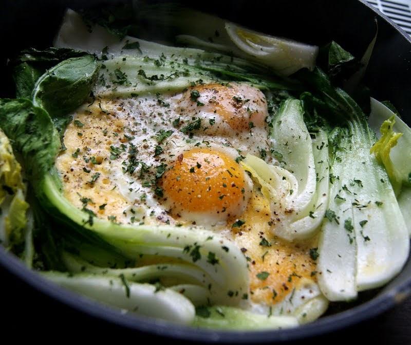 kapusta pak choy w dwóch wersjach: z jajkami sadzonymi i krewetkami