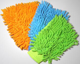 tres luvas de microfibra em leque sendo a inferior de cor laranja, a do meio azul e a sobreposta às demais verde