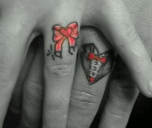 Estes dedo anelar tat com um toque de cor