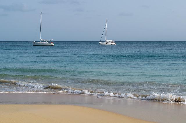 Voiliers au large de la plage de la Grande Anse des Salines