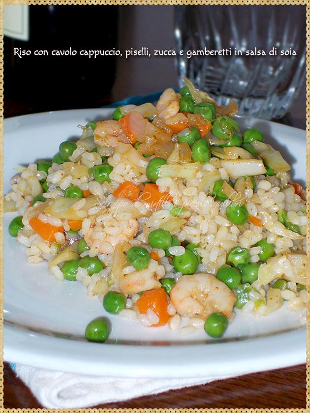 Riso con cavolo cappuccio, piselli, zucca e gamberetti in salsa di soia