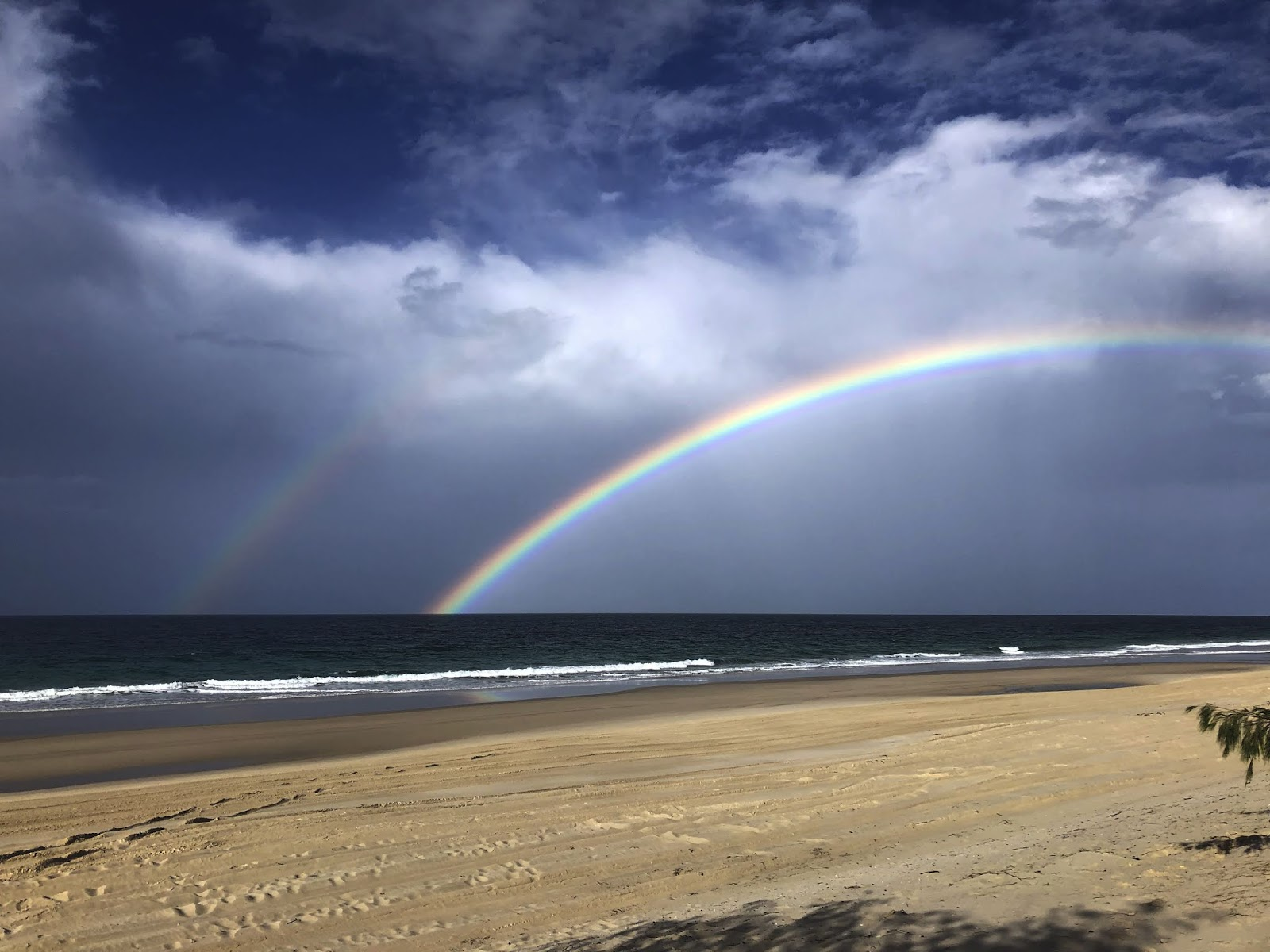Bribie Island National Park and Recreation Area, tęcza na plaży.
