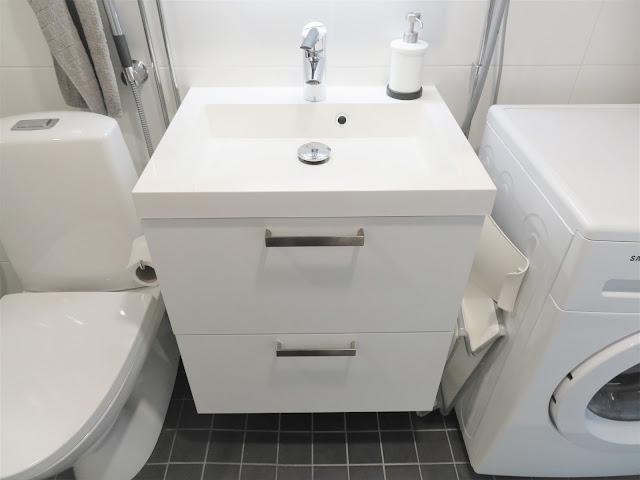 Kylpyhoneen kaksi säilytyslaatikkoa sijaitsee lavuaarin alla