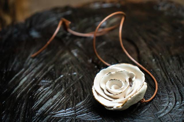 Colar de cerâmica feito por Gisela Pedroso