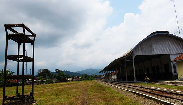 Pegunungan Menoreh di Timur Stasiun