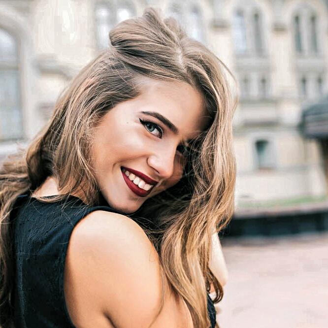 "8 Female Signs That Secretly Say ""I Want You!""  | TML"