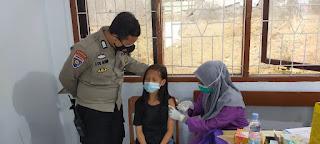 Demi Kelancaran Vaksinasi, Bhabinkamtibmas Melayu Baru berikan Pengamanan dan Edukasi