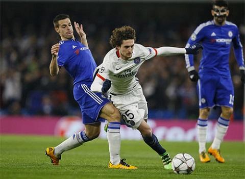 Rabiot (áo trắng) góp công lớn giúp PSG đánh bại Chelsea ở vòng 1/8.