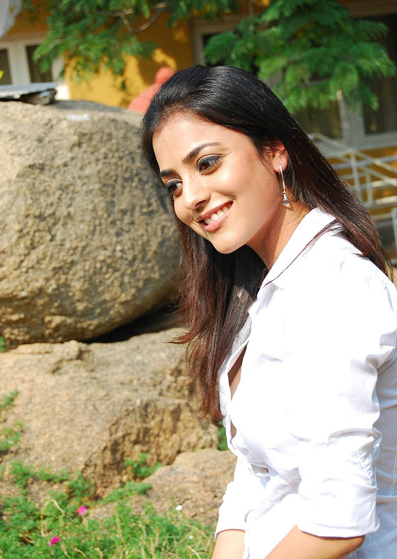 Nisha Agarwal Superhot Cleavage & Bra Milky Sexy Show Hq