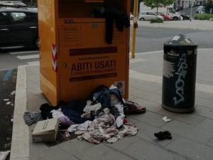 A Roma dopo due anni di assenza sono tornati i cassonetti gialli degli abiti  usati. Sono circa 1.500 e sono stati posizionati in tutta la città. 28e6317d06b