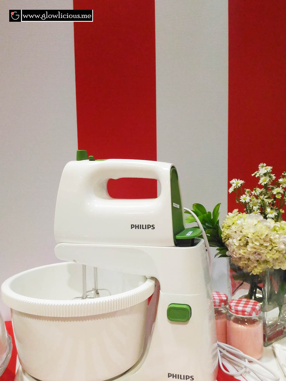"""Philips Launching Event : New Mixer & Blender  Seneng banget rasanya ketika brand home living favorit aku merilis produk blender dan mixer terbaru di tahun 2016 ini. Punya blender Philips sejak anakku Glow baru lahir sampai sekarang menginjak usia 5 tahun, si blender masih awet aja. Ditambah akhir - akhir ini Glow lagi sering minta diputerin video kids cooking show di Youtube. Kids Cooking Show yang menampilkan seorang anak berusia 5 - 6 tahun bisa bikin kue sendiri, pake mixer sendiri #salut. So this is the right time untuk tau tentang mixer (alat pendukung bikin kue) yang rencananya aku mau beli. And luckily aku mendapat invitation dari Blogger Perempuan untuk menghadiri Philips Launching Event : New Mixer & Blender ini :)     Nuansa Merah Putih terlihat menghiasi ruangan The Hall Senayan City.  Sebelum acara dimulai, para bloggers dan media yang hadir dipersilahkan makan siang terlebih dahulu. Sambil menikmati dessert cake, kita juga disuguhi juice yang dibuat dengan blender terbaru Philips. Aku juga menyempatkan diri untuk mencoba games adu cepat memasang mixer dengan waktu 28 detik #notbad. Seruuu, ibu ibu memang kudu terampil dan cekatan di dapur :).    Setengah jam kemudian acara dimulai dengan sapaan hangat Bapak Jasper Westerink, General Manager Philips Indonesia.  """"Philips telah hadir sejak 125 tahun yang lalu dengan menghadirkan inovasi baru untuk memenuhi kebutuhan customer di seluruh dunia, termasuk di Indonesia"""".  Beliau menjelaskan Philips mendorong peningkatan kesadaran gaya hidup sehat yang dimulai dari rumah, dimulai dari ibu. """"Ibu dapat mengontrol bahan makanan yang digunakan, proses menyiapkan yang higienis dan hingga tahap memasak yang akan menghasilkan makanan yang sehat dan lezat pula.  Bertepatan dengan penyambutan hari kemerdekaan Indonesia yang ke 71 ini, Philips kembali merilis produk terbaru : blender dan mixer yang memang dikhususkan untuk pasar di Indonesia. Untuk blender terbaru dari Philips ini secara khusus didesign dengan kapasitas """