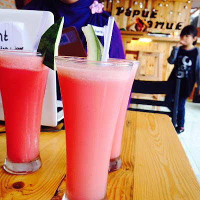 jus strawberry yang disajikan di papuk mamuk
