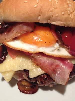 """Hamburguesa """"Brunch"""" - """"Brunch"""" burger - Receta - Hamburguesa - el gastrónomo - ÁlvaroGP - el troblogdita - Día Mundial del Huevo descubierto por """"Las Monicadas"""" ;)"""
