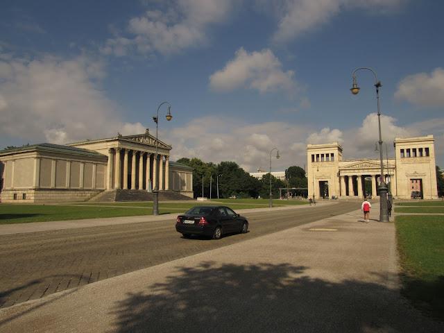 Propyläen com o Staatliche Antikensammlungen na Königplatz O que ver na Alemanha museus Nazismo