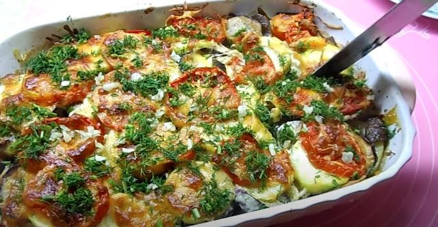 Неймовірно смачні кабачки з помідорами й солодким перцем, запечені в духовці