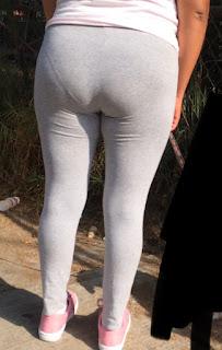 Señora yoga pants marcando calzon