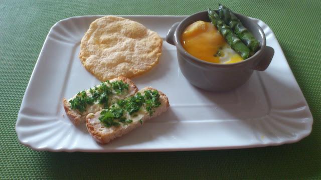 Oeuf cocotte aux asperges et sa chips au parmesan
