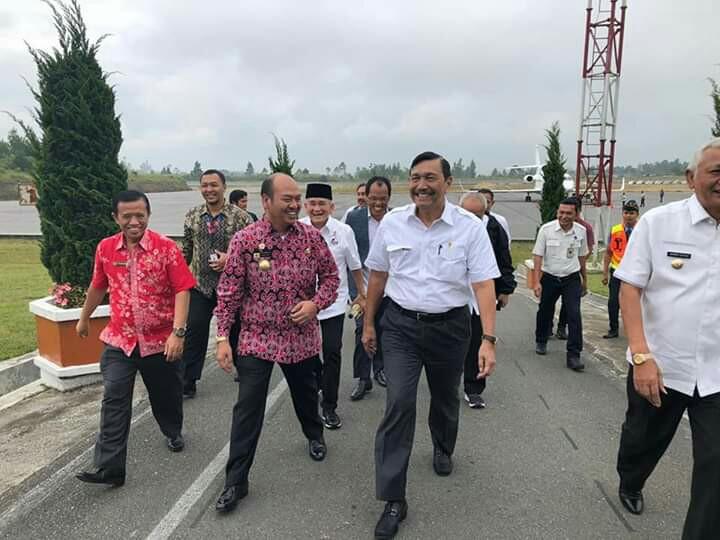 Poltak Pakpahan dan Bupati Taput Nikson Nababan di Bandara Silangit.