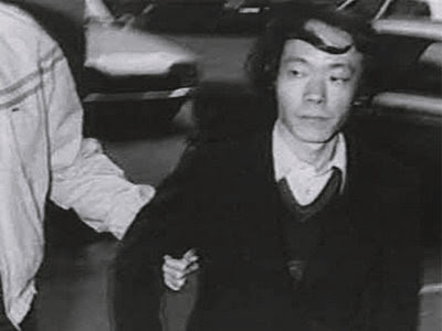 Issei Sagawa sendo preso acusado de homicídio, canibalismo e necrofilia.