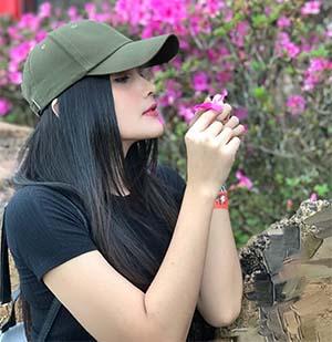 Dafina Jamasir Pegang Bunga