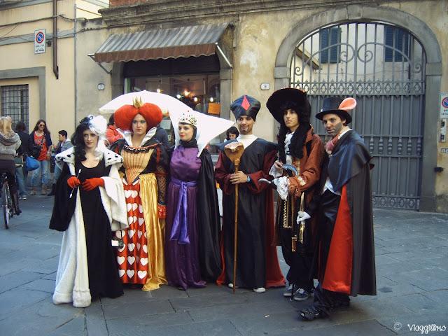 Un gruppo di cosplayer nel centro di Lucca