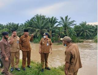 Bupati Zahir Dan Kadis PUPR Batubara Turunkan Ekskavator Ampibi Normalisasi Sungai Dalu dalu