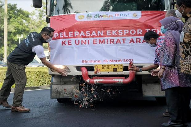 Upaya Pulihkan Ekonomi Jabar, Ridwan Kamil Lepas Ekspor 20 Ton Teh ke Uni Emirat Arab
