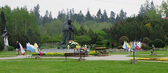 Pomnik Jana Pawła II w Maryjnym Ogrodzie Różańcowym.