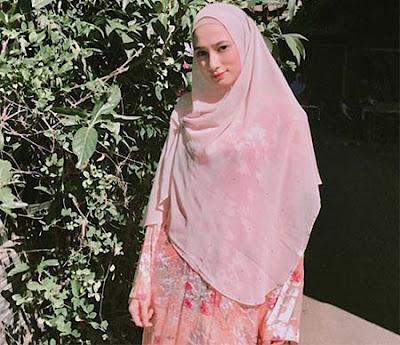 Nadira Sungkar Pakai Hijab