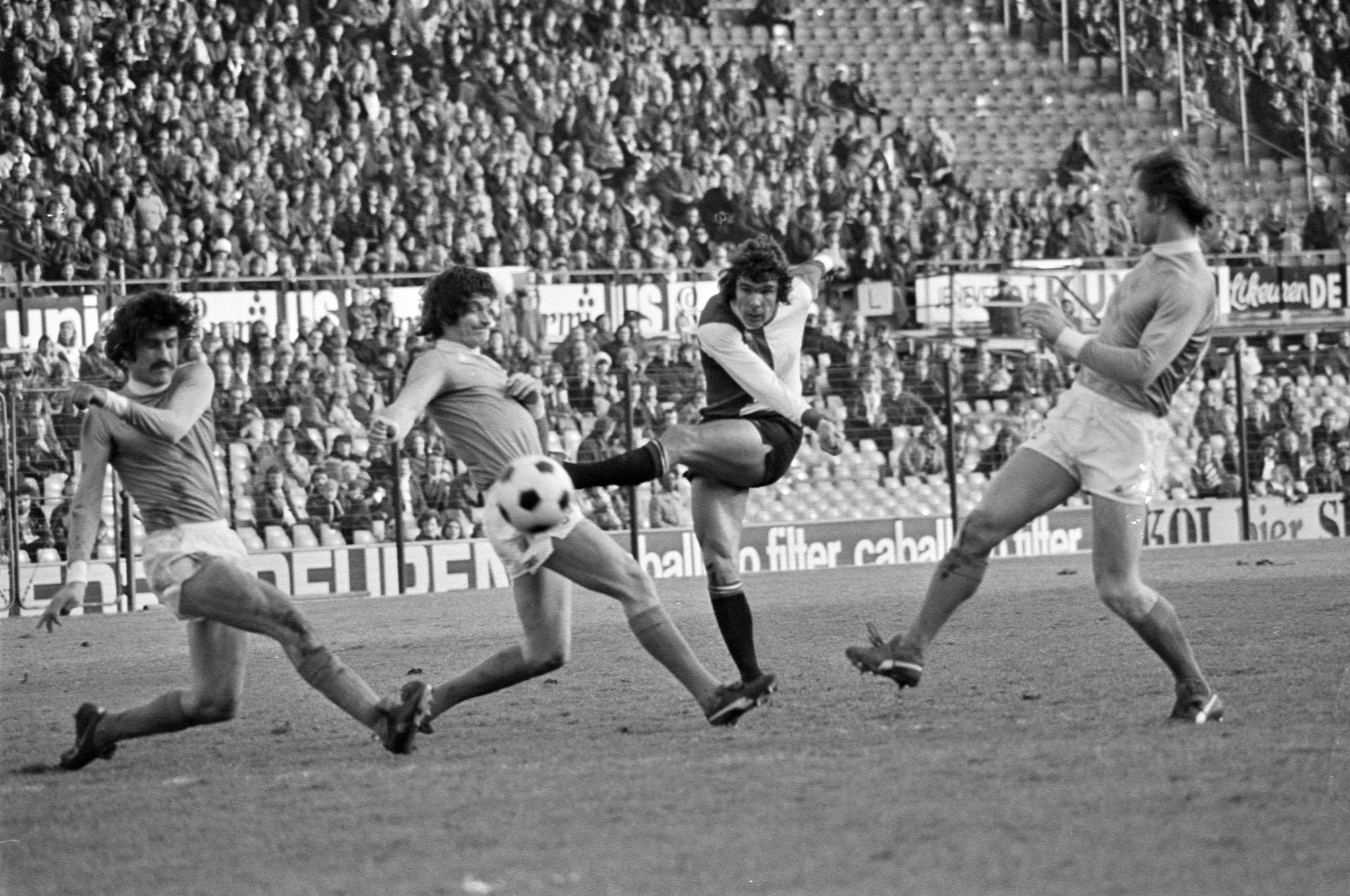 Wim van Hanegem (Feyenoord) lost een schot tegen Utrecht