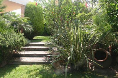 jardín con escaleras