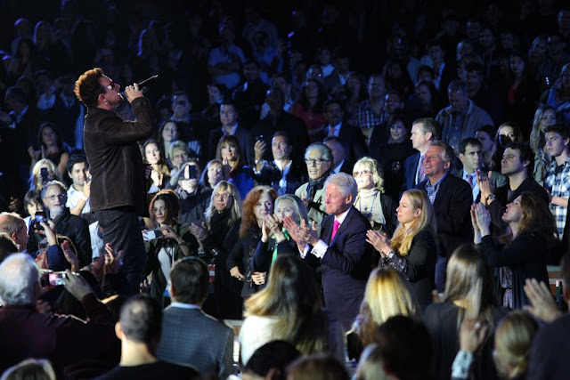 Bono en el concierto de Bill Clinton 2011