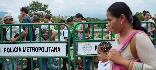 Migrantes cruzan un puesto fronterizo de Venezuela a Cúcuta (Colombia).UNICEF/Santiago Arcos