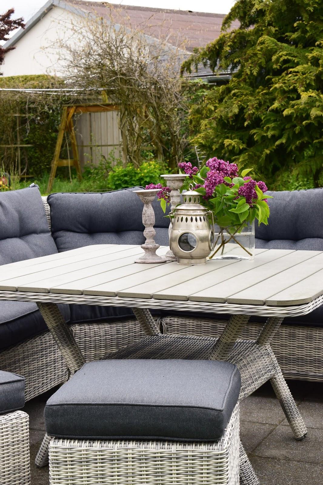Gartendeko Sitzgarnitur für den Garten. Gemütlich praktisch und schön aus Polyrattan und mit ganz viel Platz