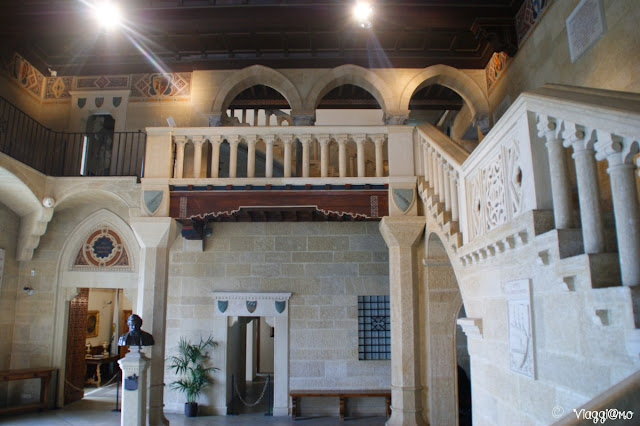 Il bell'atrio del Palazzo Pubblico di San Marino con lo scalone