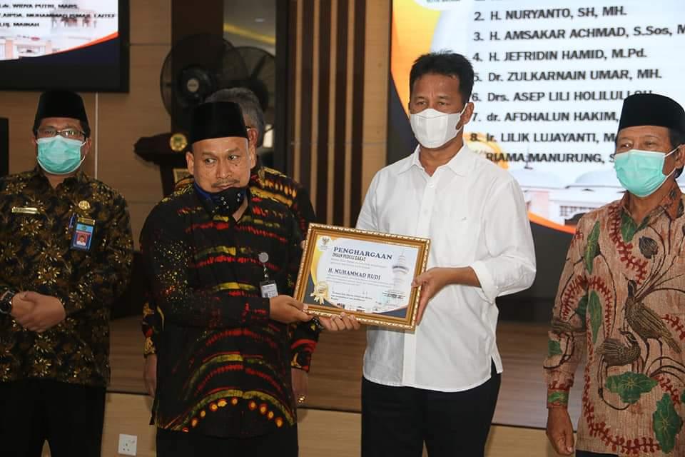 Wali Kota dan Wakil Wali Kota Batam Mendapat Penghargaan Sebagai Insan Peduli Zakat