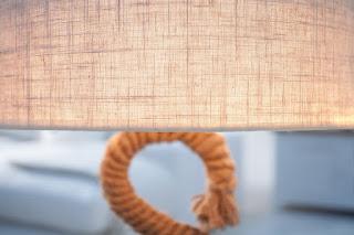 Lampa na stôl s lanom.