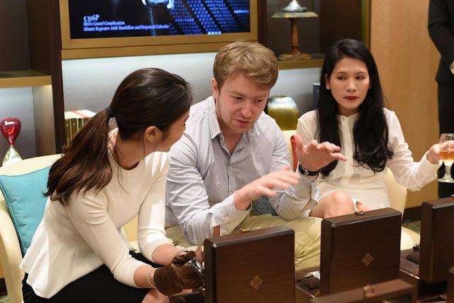 """Theo đó, du khách có thể chiêm ngưỡng chiếc đồng hồ bỏ túi Geneva sản xuất vào khoảng những năm 1830, nổi bật với hình ảnh của Singapore như cầu nối của thương mại thế giới giữa Viễn Đông và phương Tây; hoặc ngắm nhìn chiếc đồng hồ Patek Philippe Dome """"Quốc đảo Nhiệt đới """" với kỹ thuật tách màu men tinh xảo (reference 20087M).    Bên cạnh đó là nhiều hoạt động khác tại 10 phòng chủ đề. Đặc biệt, là Phòng kỷ niệm 200 năm Singapore nơi trưng bày những chiếc đồng hồ và các sự kiện của Patek Philippe song song với những cột mốc quan trọng trong lịch sử Singapore và tại khu vực Đông Nam Á."""