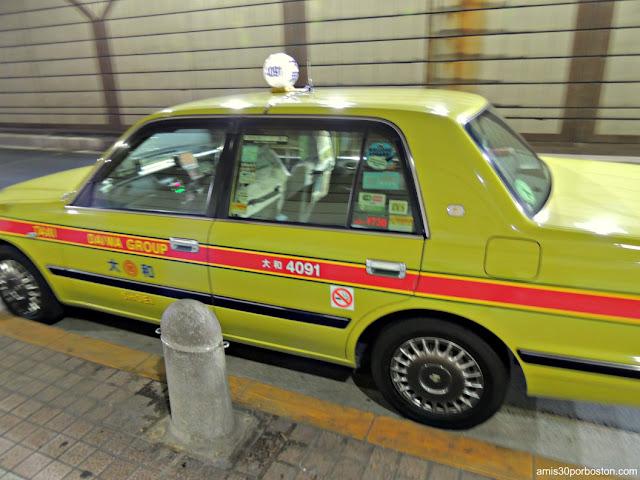 Taxi en Tokio con Fundas de Ganchillo en los Asientos