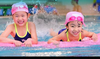 sử dụng mũ bơi, kính bơi bảo vệ các bé
