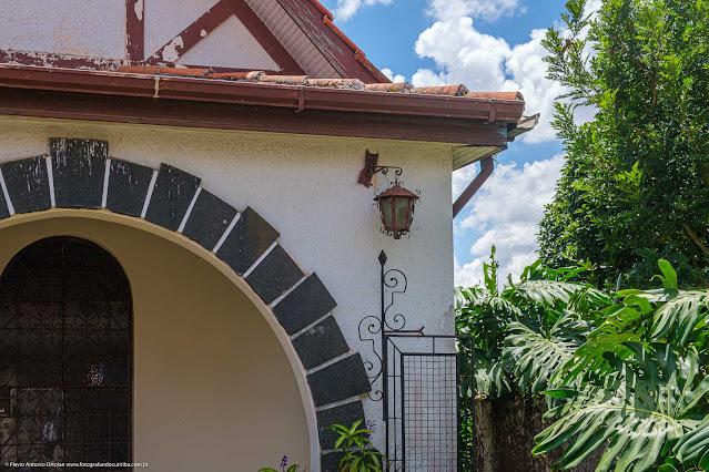 Casa na Rua David Carneiro - detalhe de luminária e portão com grade decorada