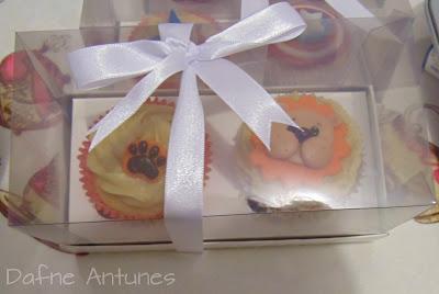 cupcakes na caixa de acetato com fita