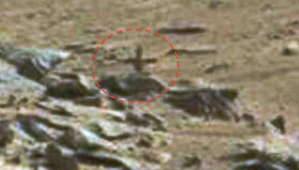 Imagen ampliada que muestra la misteriosa y supuesta cruz descubierta en Marte. ¿Existió un antiguo templo en el planeta rojo o solo se trata de un truco de sombras y luces?
