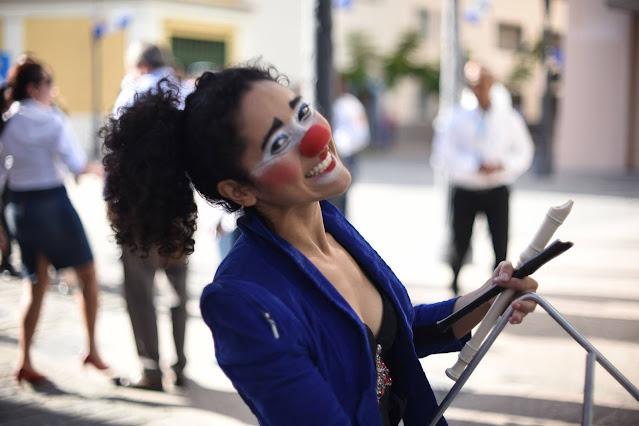 Atração circo para festa online ou de pequeno porte.