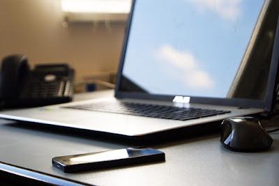 Anak sering mengecek gadget atau laptop