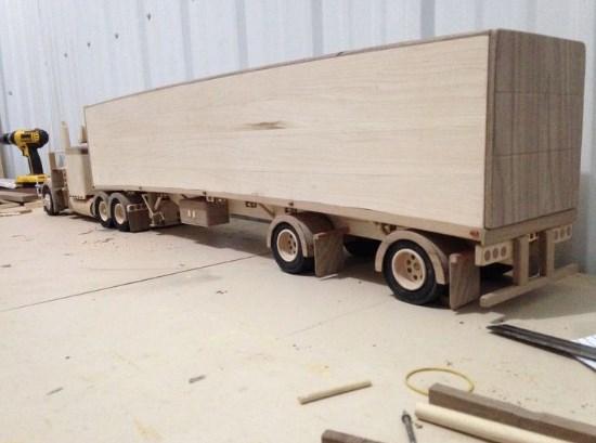 gambar miniatur truk dari kayu keren