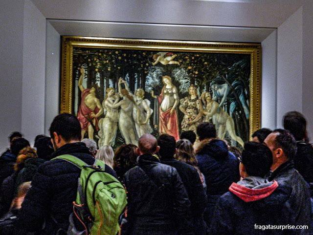 "Visitantes contemplam ""A Primavera"" de Botticelli, na Galleria degli Uffizi, em Florença"
